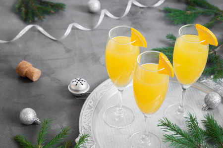 Mimosa bevanda festiva per il Natale - Champagne cocktail Mimosa con succo d'arancia per la festa di Natale, copia spazio