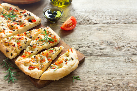 Traditional Italian Focaccia with tomatoes, black olives and rosemary - homemade flat bread focaccia Zdjęcie Seryjne - 91892511