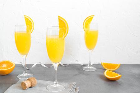 Mimosa drink for party - Champagne cocktail Mimosa con succo d'arancia su sfondo bianco, copia spazio
