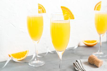 Mimosa drink for party - Champagne cocktail Mimosa con succo d'arancia su sfondo bianco, copia spazio Archivio Fotografico