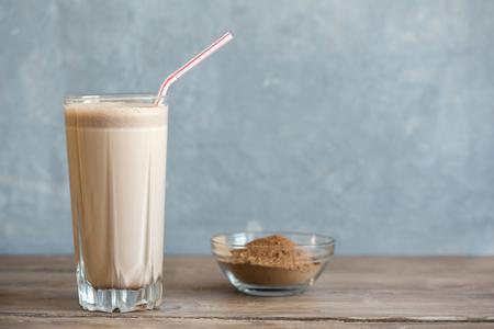 Schokoladenprotein Shake. Gesundes Sport-Fitness-Getränk mit Molkeprotein. Schokoladen-Smoothie.
