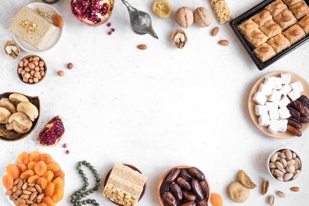 Assortiment, ensemble de bonbons orientaux, arabes, turcs, noix et fruits secs sur blanc, vue de dessus, espace de copie. Nourriture sucrée traditionnelle du Moyen-Orient de vacances. Banque d'images
