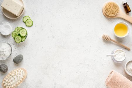 Natürlicher Spa-Hintergrund, Kopienraum, flache Lage. Bio-Spa-Kosmetikprodukte und natürliches Hautpflegekonzept auf Weiß. Standard-Bild