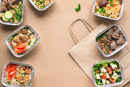Consegna di cibo sano. Porta via il pasto quotidiano biologico, copia lo spazio. Concetto di cibo pulito, cibo sano, nutrizione fitness da asporto in scatole di alluminio, vista dall'alto, piatto.