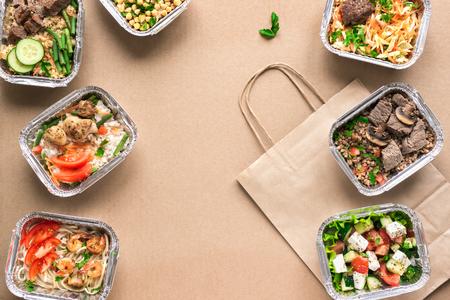 Lieferung gesunder Lebensmittel. Nehmen Sie die tägliche Bio-Mahlzeit weg, kopieren Sie Platz. Sauberes Esskonzept, gesundes Essen, Fitnessnahrung zum Mitnehmen in Folienboxen, Draufsicht, flache Lage.