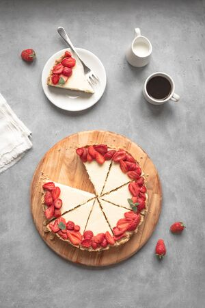 Cheesecake with fresh strawberries for dessert - healthy organic summer berries dessert cheesecake, copy space, top view. Homemade cheese cake. Imagens