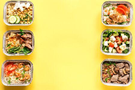 Dostawa zdrowej żywności. Zabierz ekologicznego codziennego posiłku na żółtej, skopiuj miejsce. Koncepcja czystego jedzenia, zdrowej żywności, odżywiania fitness zabrać w pudełkach foliowych, widok z góry.