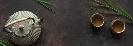 Grüntee-Komposition mit Bambusblättern. Chinesisches traditionelles Teeset, Teezeremoniekonzept, Banner, Kopienraum.