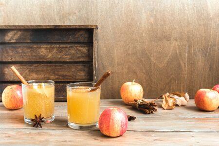 Hard Apple Cider Drink. Seasonal autumnal homemade spicy apple cider on wooden table. 写真素材 - 132048785