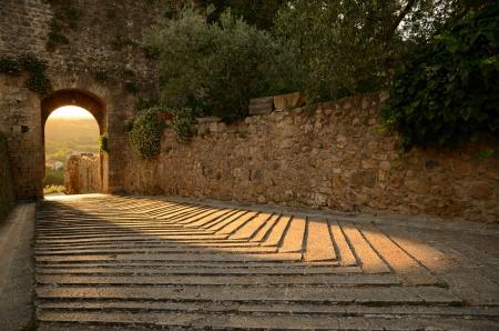 La calda luce di un tramonto gioca con le pietre di un antico castello