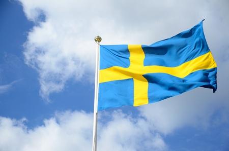 una bandiera svedese contro il cielo blu Archivio Fotografico