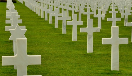 a memorial to fallen soldiers: White crosses at the American war cemetery in Normandy