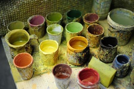 Strumenti del pittore, colori e pennelli, in un workshop