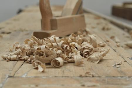 Una scrivania di legno di un falegname con alcuni strumenti