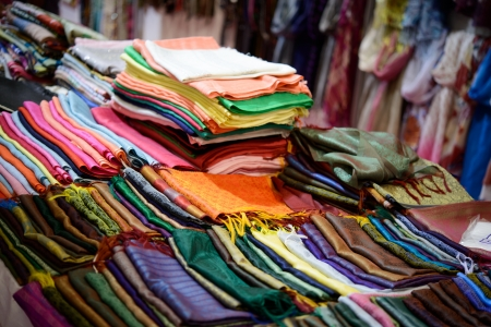 abiti colorati sciarpe e magliette sul mercato aperto in un mercato indiano Archivio Fotografico