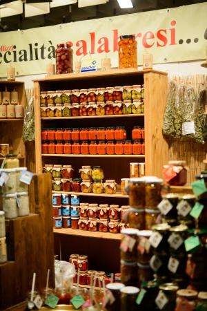 Un mercato pubblico di cibo tradizionale in Toscana