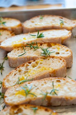 ajo: Un aperitivo italiano típico con pan toated, ajo y aceite de oliva