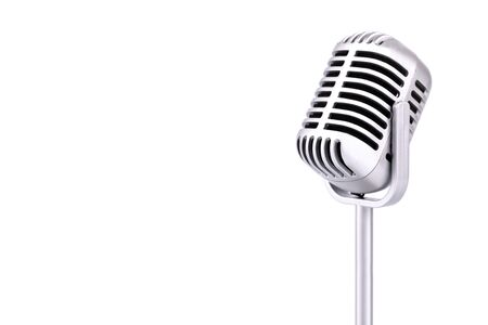 Micrófono retro aislado sobre fondo blanco. Foto de archivo