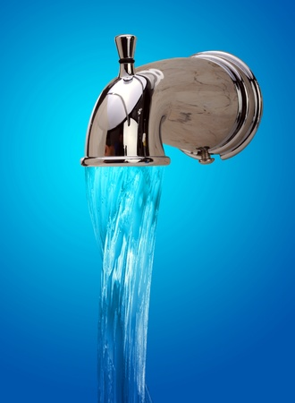 llave de agua: Grifo de agua con que fluye agua potable.  Foto de archivo