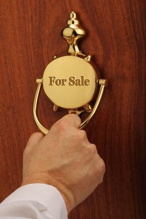 tocar la puerta: Casa en venta Foto de archivo
