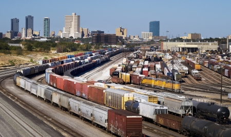 ferrocarril: Mostrando tren Patio Fort Worth, Texas Skyline. Editorial