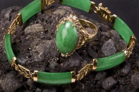 녹색 버마어 Imperal 비취 반지와 팔찌. 스톡 콘텐츠