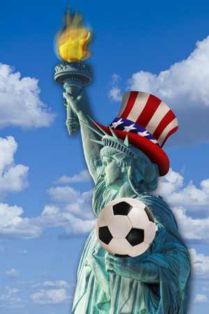 lady liberty: Se�ora Liberty con bal�n de f�tbol en la mano Foto de archivo