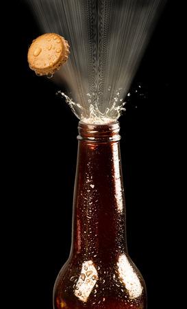 Bierfles top popping het. Stockfoto