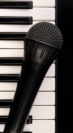 Zwart en wit toetsenbord en microfoon.