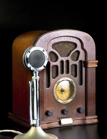 microfono antiguo: Antiguo radio antigua y el micrófono cromado.