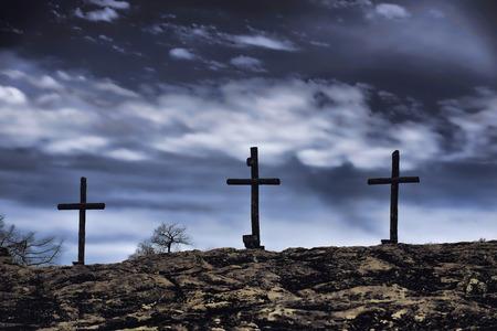 De oud ruw houten kruis van de christelijke kerk.