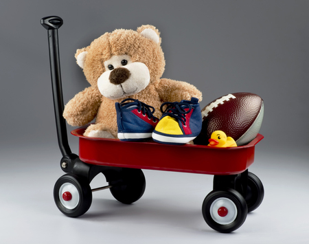pull toy: carro rojo lleno de niños juguetes favoritos.