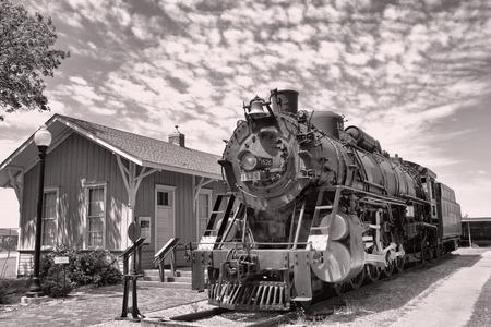 ferrocarril: motor de vapor viejo del ferrocarril en la estación de tren.