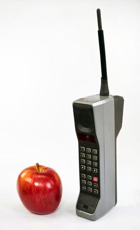 Rode appel en grote oude bakstenen stijl mobiele telefoon.