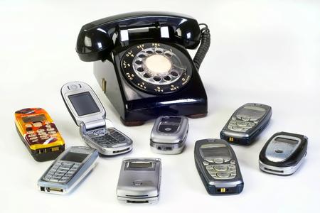 오래 된 작업 휴대 전화 및 검정색 회전 전화입니다.