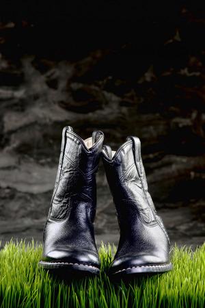 romance: Černé kovbojské boty v nočních hodinách kovboje s prostorem pro váš typ. Reklamní fotografie