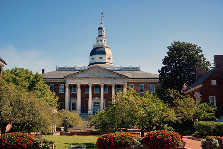 maryland flag: Maryland State Capital building in Annapolis, Maryland. Stock Photo