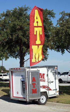 automatic transaction machine: Grand Prairie, Texas-Oct.29,2016 remolque ATM portátil en el intercambio local de automóviles se encuentran. Editorial