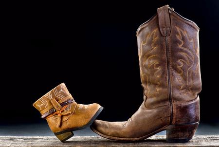 Bebé bota de vaquero y botas de vaquero papá con espacio para su tipo. Foto de archivo - 72475222