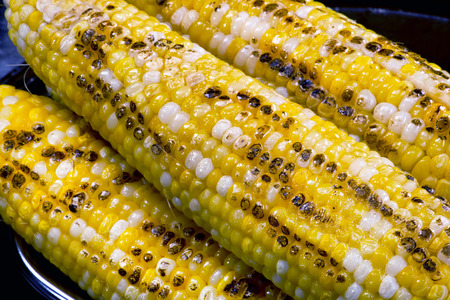 yellow corn: Closeup of buttered yellow grilled corn on the cob.