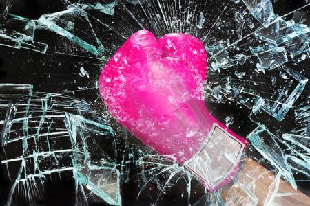 Pink chica poder romper el techo de cristal .. Foto de archivo - 75044000
