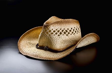 resistol: Viejo sombrero de vaquero de paja. Foto de archivo