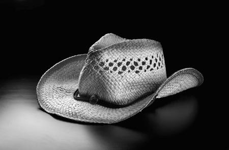 resistol: Viejo sombrero de vaquero de paja en blanco y negro ..
