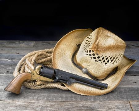 カウボーイピストル、麦わら帽子、あなたのタイプのための部屋とロープ。 写真素材