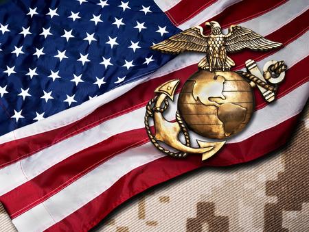 Aquila marina, globo e ancoraggio con sfondo bandiera americana.