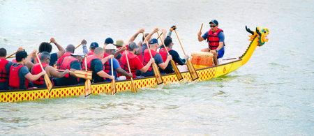 Arlington, Texas - 15 giugno 2019 - Gara di dragon boat al Lago Viridian. Mostrando una delle barche Dragon che corrono a tutta velocità. Editoriali