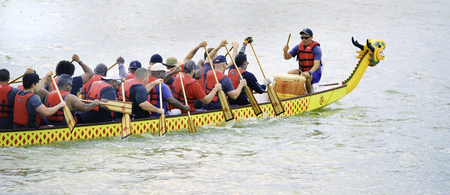 Arlington, Texas - 15 juin 2019 - Course de bateaux-dragons au lac Viridian. Montrant l'un des bateaux Dragon en course à pleine vitesse . Éditoriale