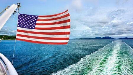 Amerikanische Flagge über dem blauen Wasser.