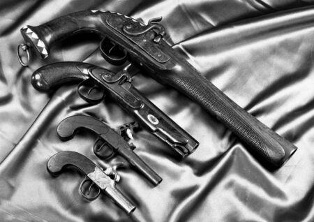 De vrais pistolets antiques fabriqués à partir de 1820-1850 en noir et blanc