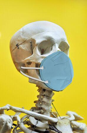 Skeleton wearing N95 face mask  in the pandemic virus times. Imagens
